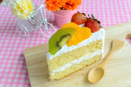 porcion de torta: piece of fruit cake with kiwi, strawberry and orange