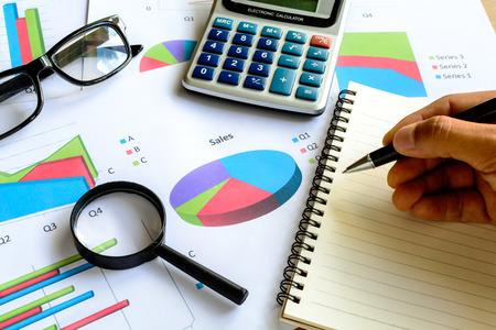 contabilidad financiera cuentas: Negocio oficina tur�stica calcular la contabilidad financiera, el an�lisis gr�fico Foto de archivo