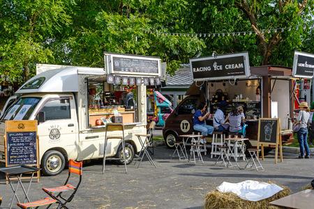 comida: Bangkok, Tailandia 25 de julio 2015: La gente pedir comida desde camiones de comida en la Feria Food Truck, en Bangkok.