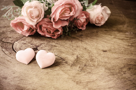 silhouette coeur: Heart shape with pink rose flower on wooden table