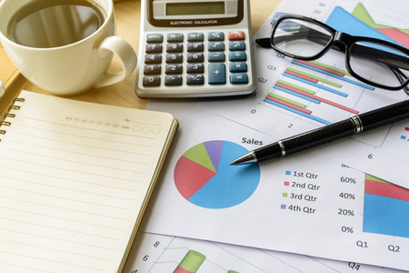 papeles oficina: Desk office business financial accounting calculate, Graph analysis, Business concept Foto de archivo