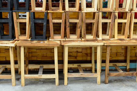 silla de madera: pile of wooden chair in restaurant on street