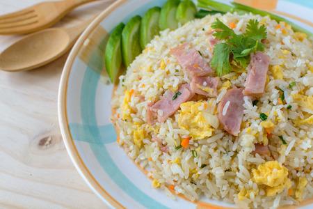arroz: Arroz frito con tocino y huevo en mesa de madera
