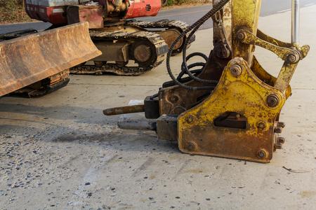 hormig�n: martillo neum�tico y la m�quina de perforaci�n en el sitio de construcci�n Foto de archivo