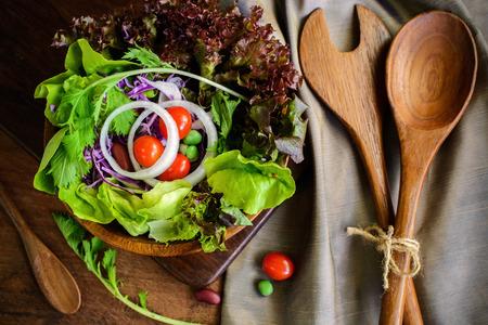 Cerca de ensalada hidropónica fresco en la mesa de madera