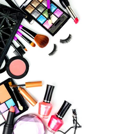 cosmeticos: compone el bolso con cosméticos y pinceles aislados sobre fondo blanco