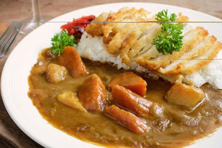 curry: Tonkatsu, chuleta frita japonesa de cerdo en la parte superior con curry