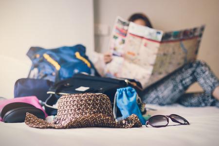 Lleno de cosas se preparan para viajar en vacaciones en el dormitorio