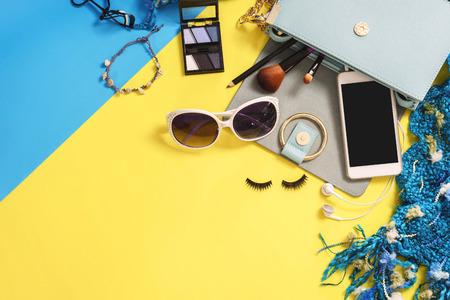essentials femme de mode, cosmétiques, téléphone portable, accessoires de maquillage isolé sur fond coloré, Vue de dessus
