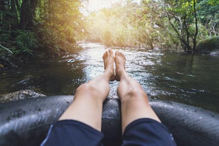 Man drijvend in een kanaal in een blow up buis Stockfoto