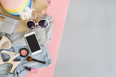 Mode zomer vrouwen kleding instellen met cosmetica en accessoires, plat lag, bovenaanzicht