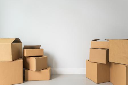 pile de boîtes en carton dans la chambre vide dans la nouvelle maison avec copie espace Banque d'images