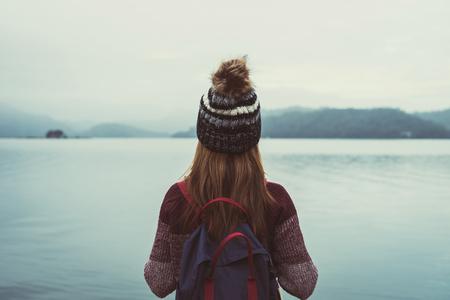 결석 서와 강에서 찾고 외로운 여자 여행자