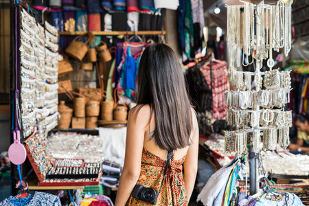Young woman traveler looking for some souvenir at ubud market in bali 스톡 콘텐츠