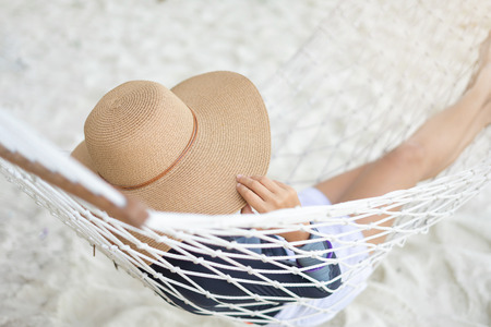 Jeune femme se détendre et profiter de la plage tropicale, les vacances d'été et le concept de voyage Banque d'images