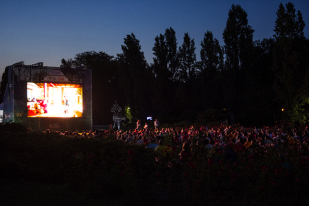 02 August 2018-Bucharest, Romania. People waiting and watching in the public park Herastrau for the movie to start on the projection screen of the open air cinema 新聞圖片