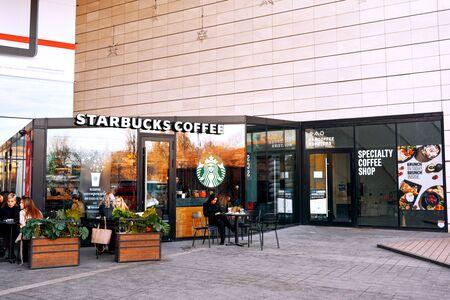 19 December 2019-Bucharest, Romania. People enjoying coffee at the Starbucks before Christmas shopping 新聞圖片