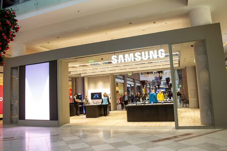 19 December 2019-Bucharest, Romania. A samsung store front with people preparing for Christmas shopping 新聞圖片