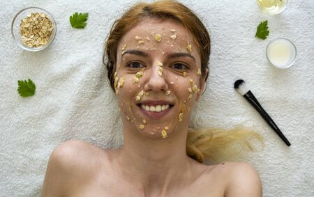 A diy face mask made out of oatmeal, honey, apple and yoghurt for skin acnee and hydration 版權商用圖片