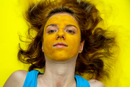 Homemade, summer face mask with musk melon and turmeric  for face exfoliation and detoxification 版權商用圖片