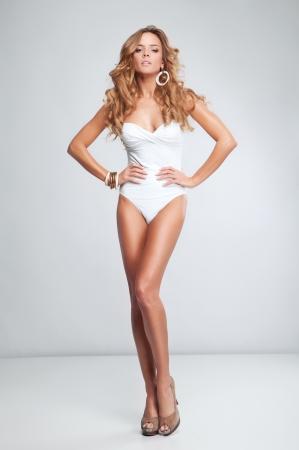 piernas mujer: Hermosa mujer rubia atractiva en traje de ba?o