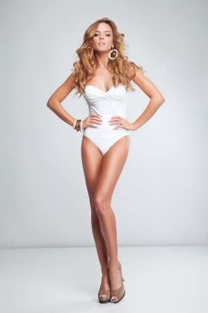 sexy beine: Sch�ne attraktive blonde Frau im Badeanzug