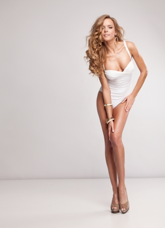 expresion corporal: Natural mujer atractiva en traje de baño Foto de archivo