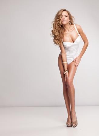 donne eleganti: Naturale donna attraente in costume da bagno