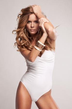 sexy beine: Nat�rliche attraktive Frau im Badeanzug