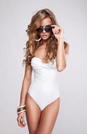 sexy beine: Sexy Frau im Badeanzug mit Sonnenbrille