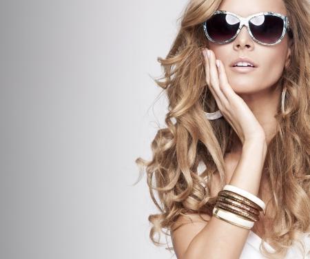donne eleganti: Donna sexy in costume da bagno con gli occhiali da sole