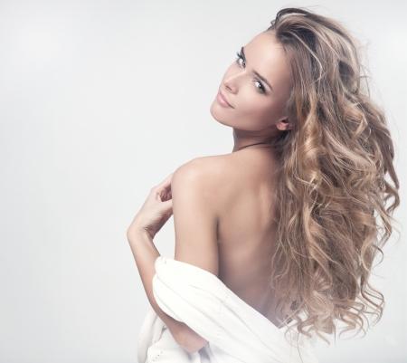 labios sensuales: Retrato de una atractiva mujer rubia en spa Foto de archivo