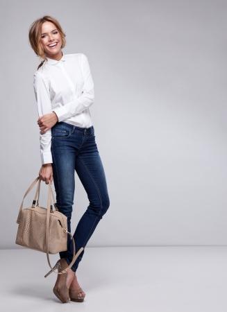 persona feliz: Mujer hermosa que sostiene un bolso de mano