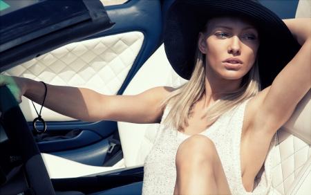 Sexy lady no carro esporte Imagens