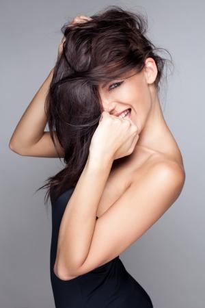 Güzel gülümseyen kadının portresi