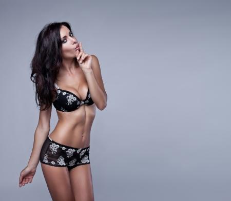 femme en lingerie: Sexy femme brune en lingerie Banque d'images