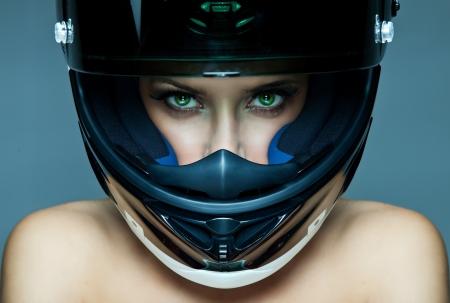 Mulher sexy no capacete no fundo azul