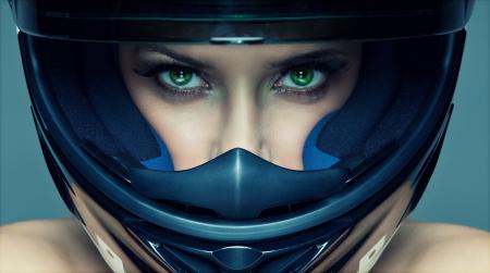 casco moto: Mujer atractiva en casco sobre fondo azul Foto de archivo