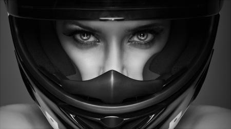 jinete: mujer sexy en blanco y negro en el casco en el fondo