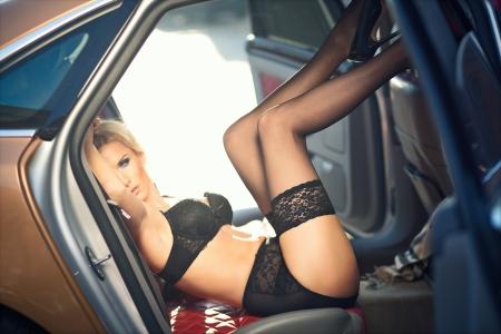 femme se deshabille: Sexy lady dans une voiture de sport