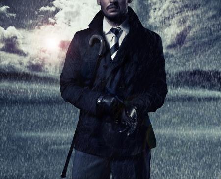 uomo sotto la pioggia: bell'uomo e la pioggia d'autunno