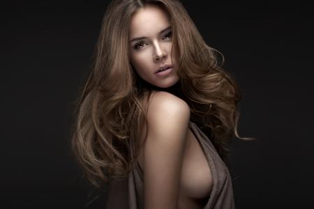 Retrato da mulher loura bonita com fundo preto Imagens