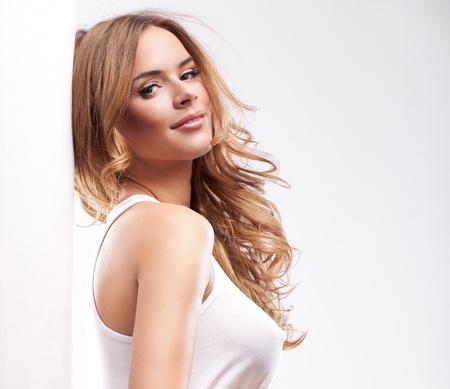 labios sensuales: Retrato de la hermosa mujer rubia feliz