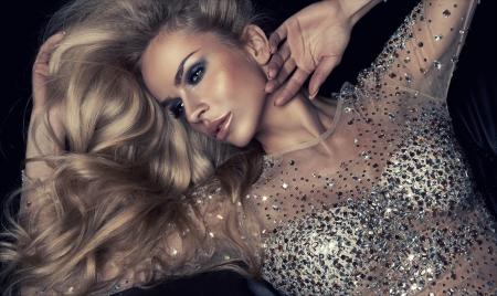 labios sexy: Sexy rubia mujer con maquillaje de invierno Foto de archivo