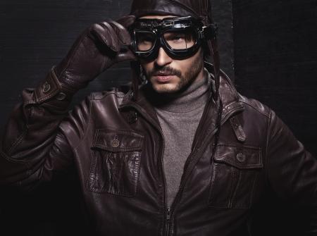 pokrývka hlavy: Portrét mladého muže nosit letec pokrývky hlavy Reklamní fotografie
