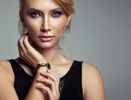 Retrato da mulher loura bonita