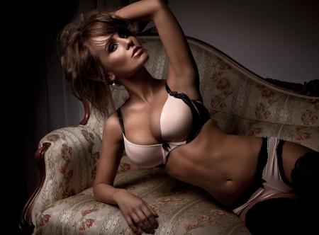 labios sexy: Hermosa mujer en ropa interior