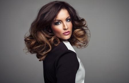 Menina sexy bonita, com longos cabelos maquiagem perfeita