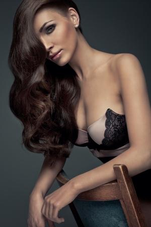 hair highlights: Retrato de maquillaje perfecta y bella mujer sexy con el pelo largo Foto de archivo
