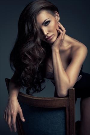 cabello negro: Retrato de maquillaje perfecta y bella mujer sexy con el pelo largo Foto de archivo